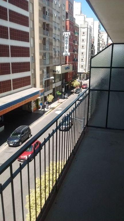 ambiente a la calle con balcón