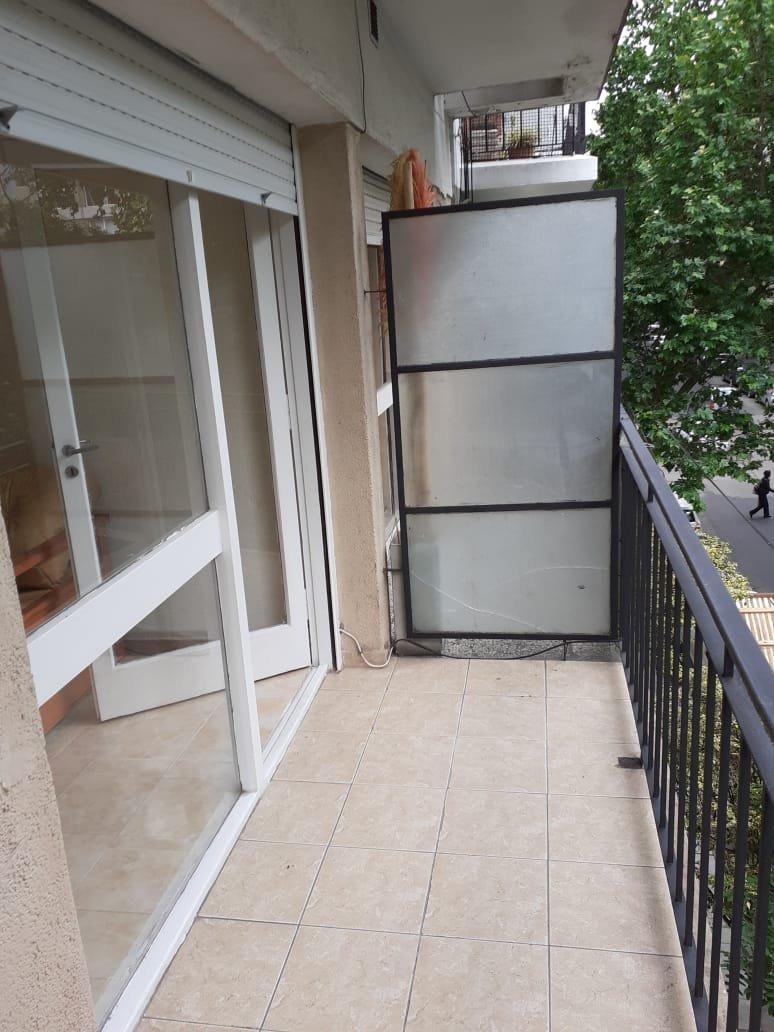 ambiente con balcon a la calle