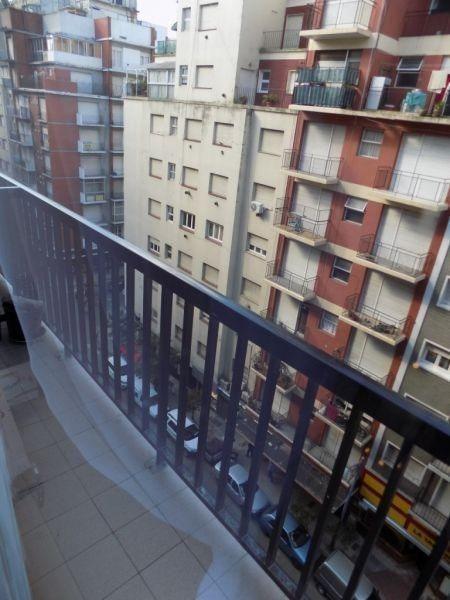 ambiente reciclado con balcón a la calle