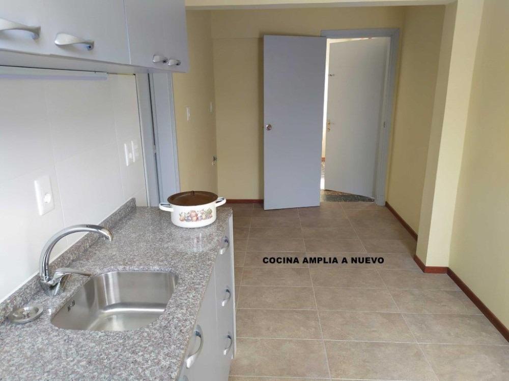 ambientes amplios/ventilados+bonito fondo+parrillero+cochera