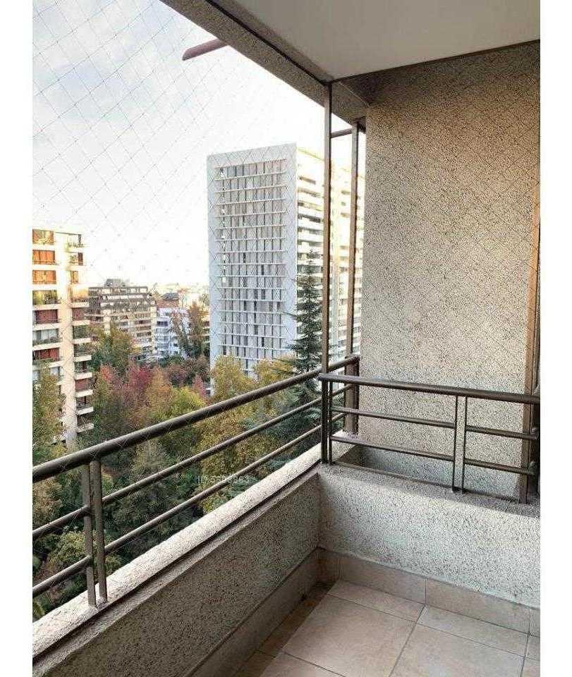 amoblado a pasos de metro alcántara, luminoso en edificio moderno y seguro, tiene vista urbana despejada