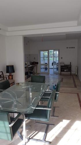 amplia casa 5 amb con cochera y fondo libre. hermoso barrio!