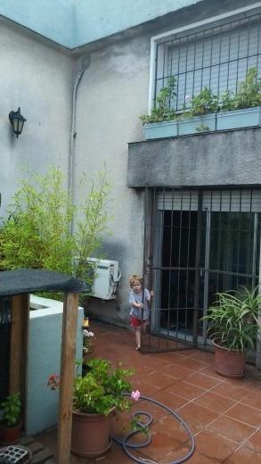 amplia casa con jardin al frente y terraza en planta alta