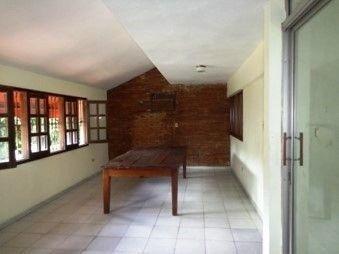 amplia casa de dos niveles en la zona de santo dom. oeste