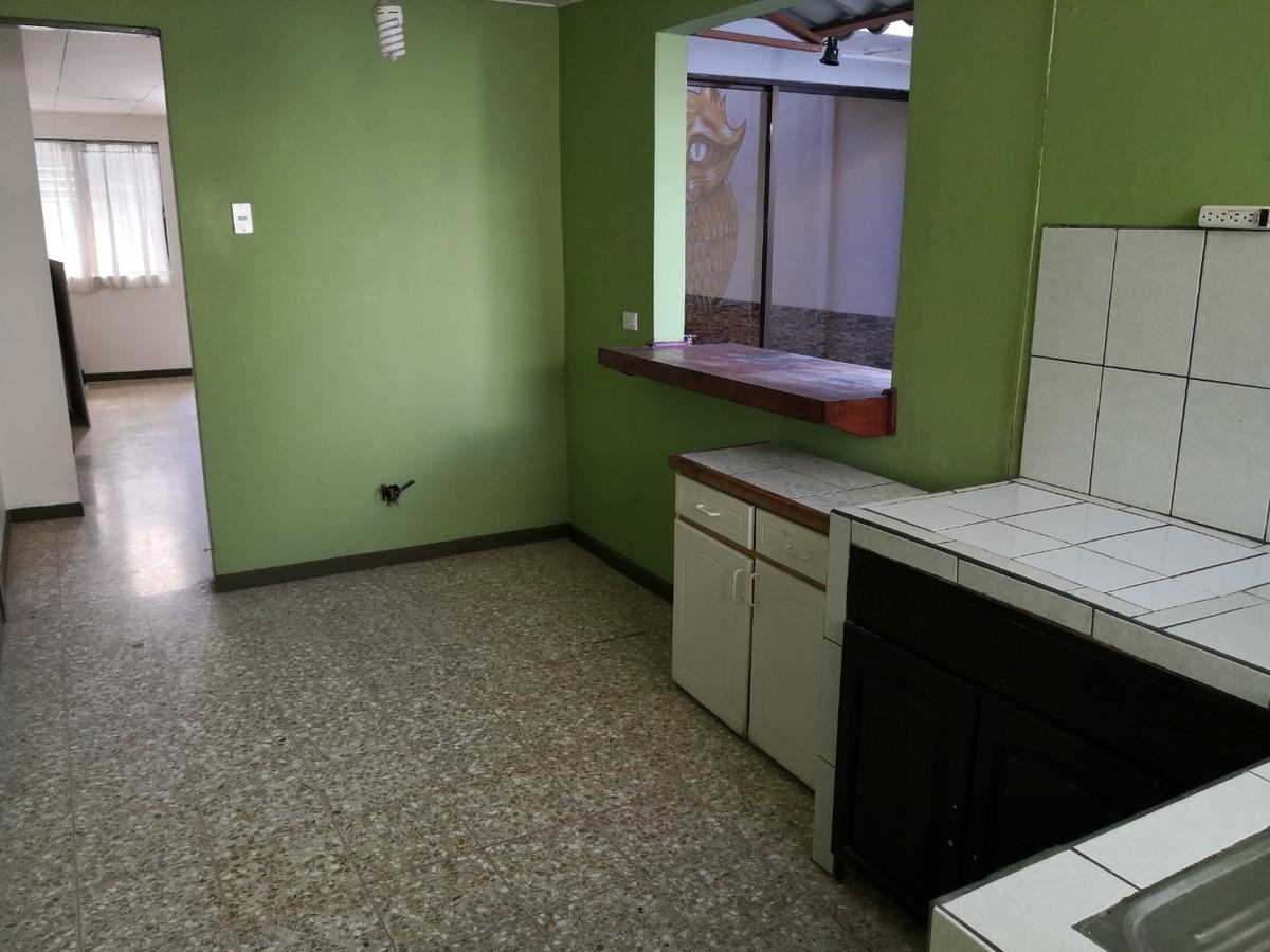 amplia casa en uruca oeste - 2 habitaciones con parqueo -