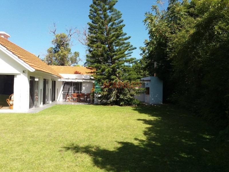 amplia, luminosa y con gran terreno. 3 dormitorios y dependencia de servicio, living comedor, cocina, parrillero, piscina.-ref:2278