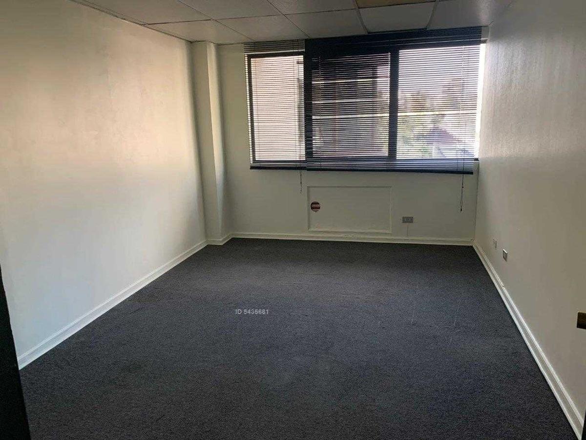 amplia oficina a 1 cuadra de apoquindo, metro con 2 estacionamientos