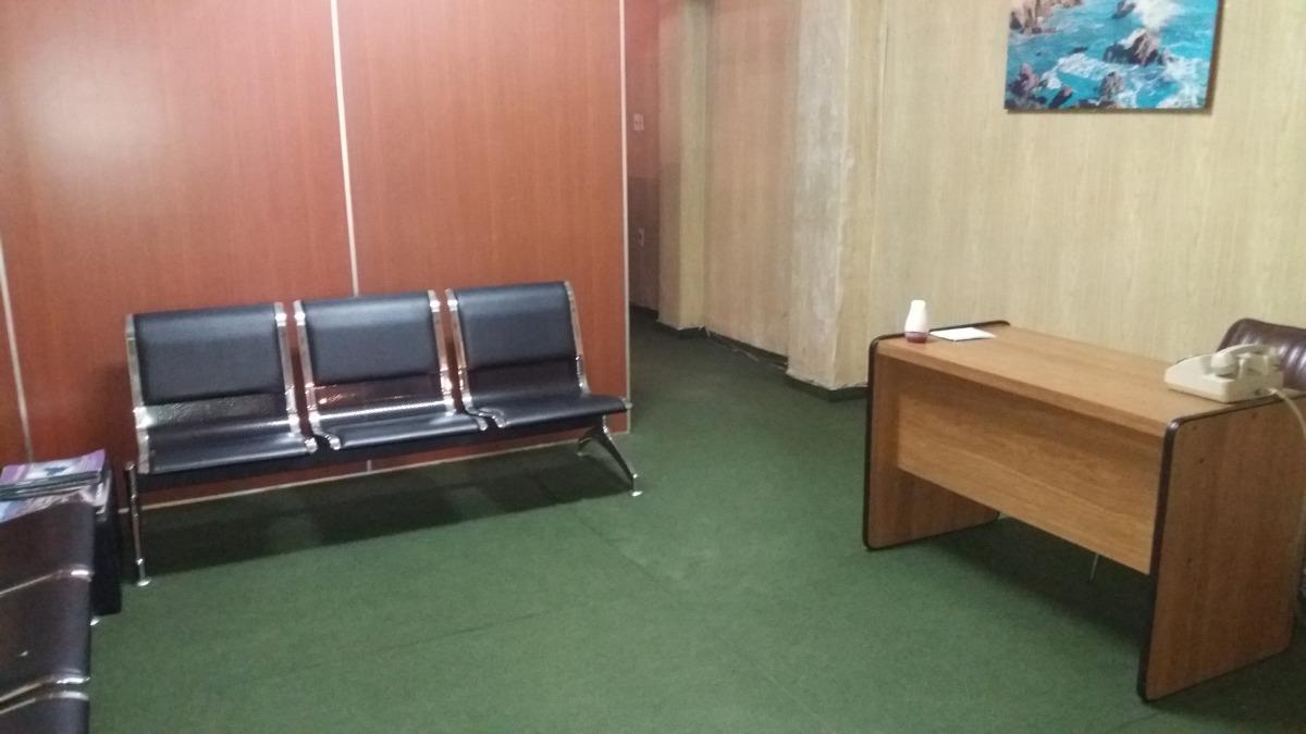 amplia oficina en el centro (frente al gaucho)