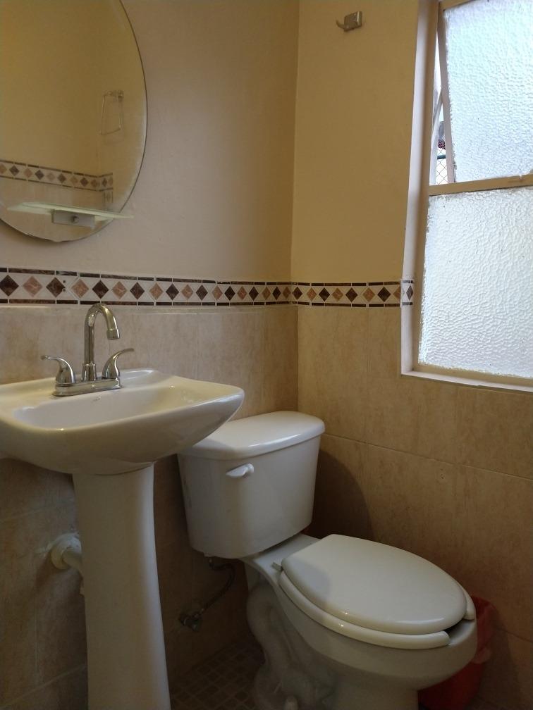 amplia recámara amueblada individual con baño