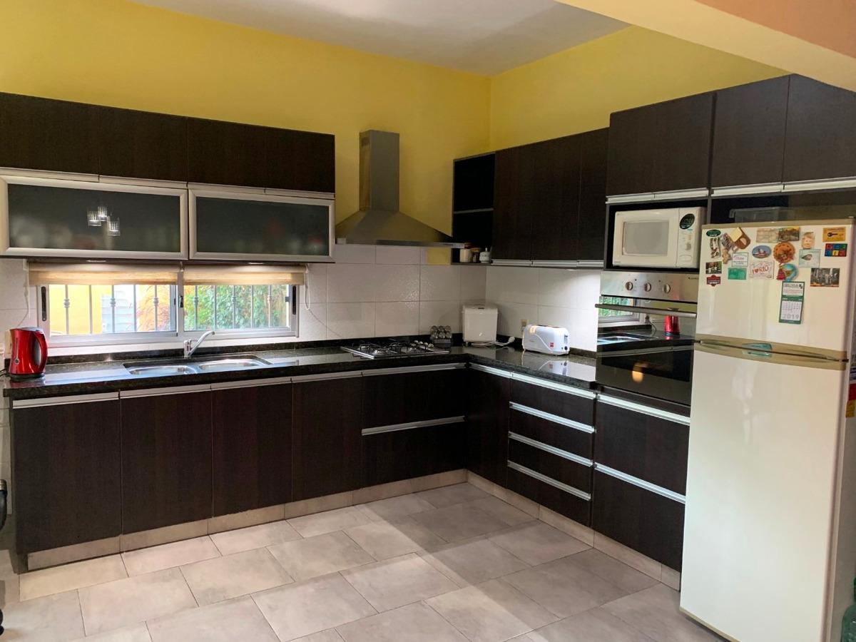 amplia y céntrica casa con 4 dor. + 2 baños + garaje + patio