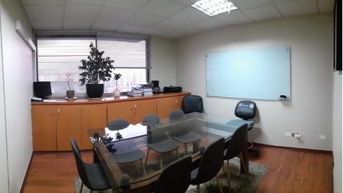 amplia y luminosa oficina