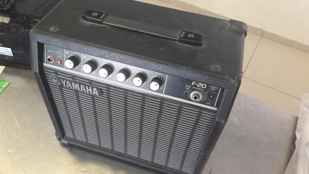 Amplificador De Guitarra Yamaha F20 - $ 1,799 00
