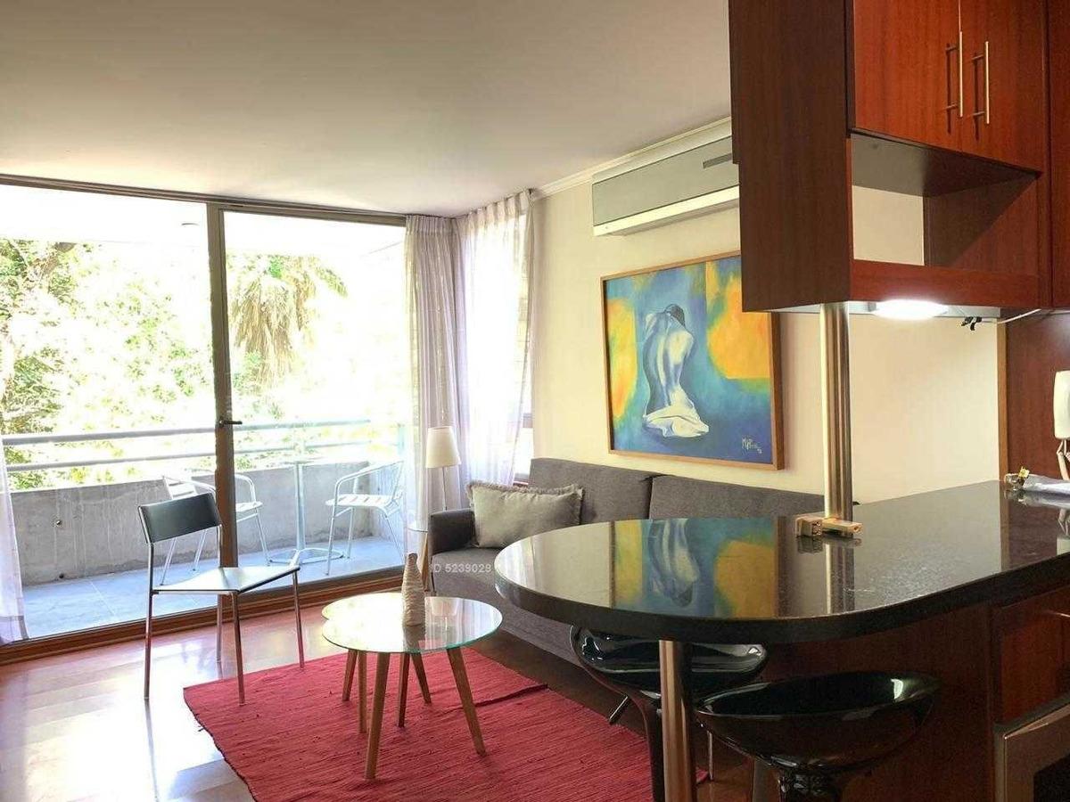 amplio amoblado de 1 dormitorio en el corazón del barrio el golf, edificio moderno