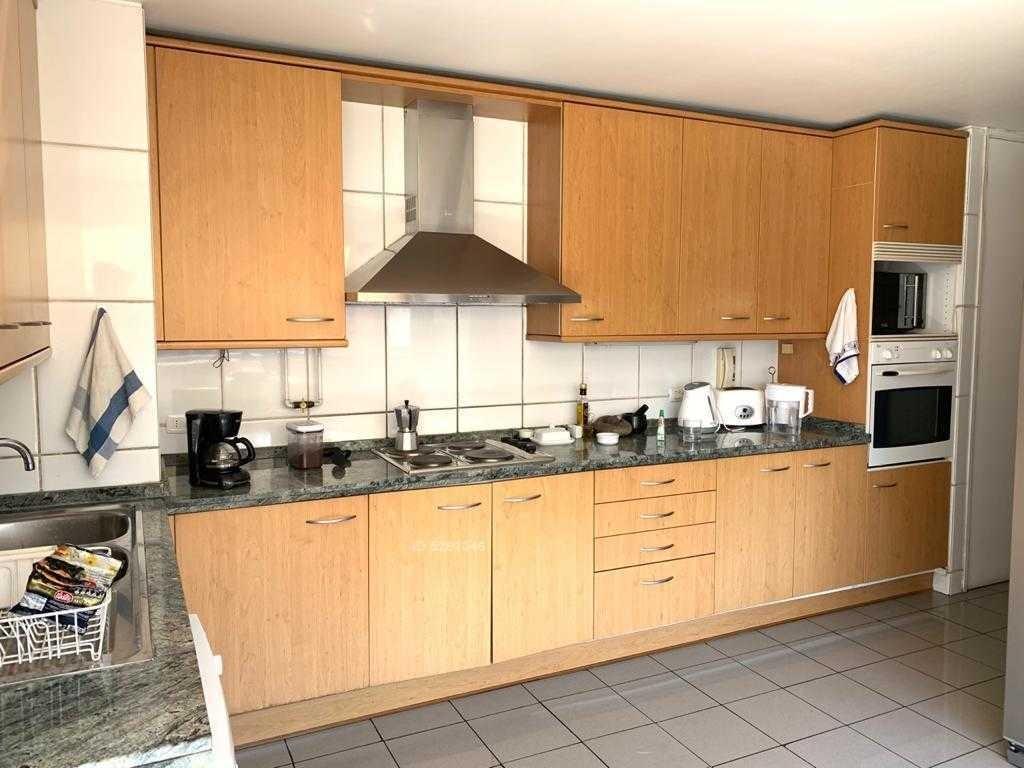 amplio amoblado de 2 dormitorios + servicio, luminoso en edificio seguro con jardín y vistas al club de golf