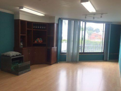 amplio consultorio con baño completo, tina y vapoor