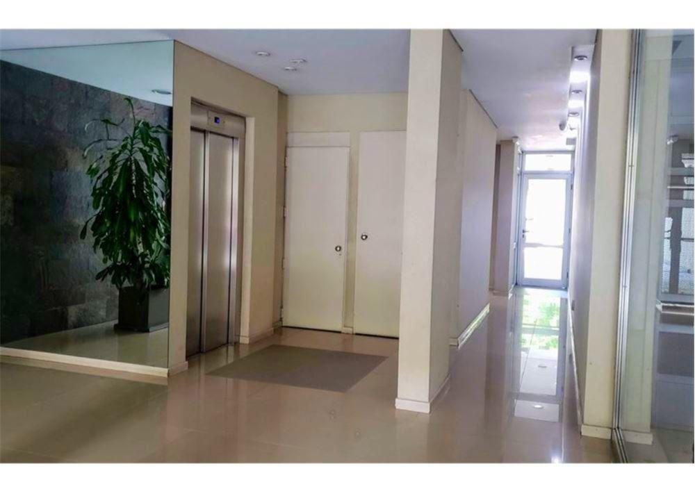 amplio departamento de 3 ambientes con balcon.