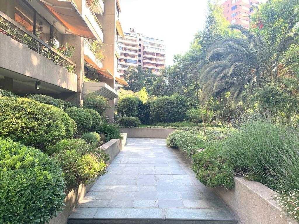 amplio dpto en barrio el golf de 4 dormitorios completos y edificio cuenta con 5000 mts de jardín + vista despejada