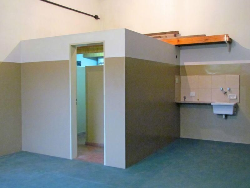 amplio galpón con oficina en caseros