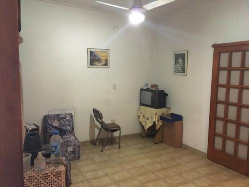 amplio galpón interno con casa de 3 amb s/ lote de 10x26.5 m