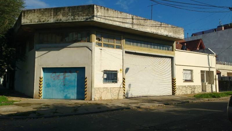 amplio local con entrada de camión, oficinas o vivienda
