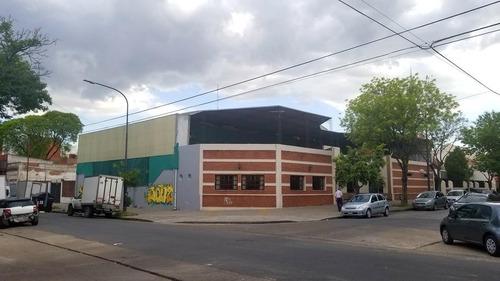 amplio local en esquina, desarrollado en pb, villa urquiza
