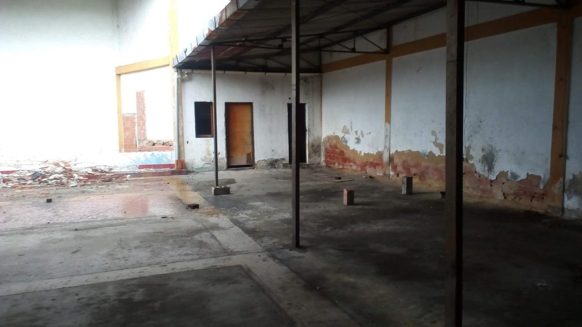 amplio local ,ideal para edificar una construcción de cc
