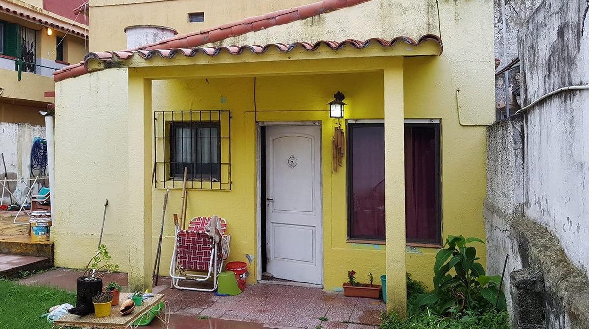 amplio local y vivienda en calle 1 e- 27 y 3 (cod. 1017)