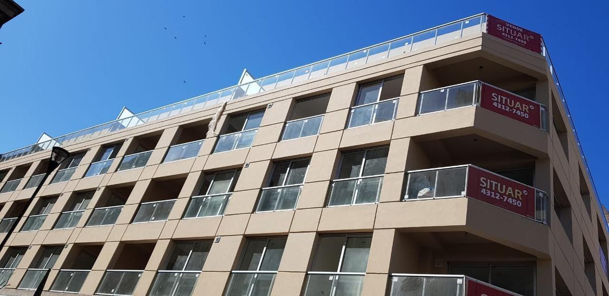 amplio monoambiente  con balcón en flores