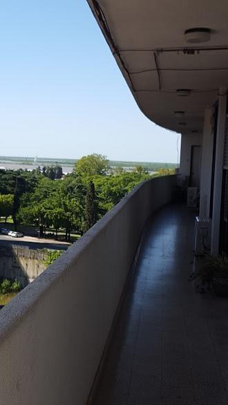 amplio monoambiente dividido con vista al río