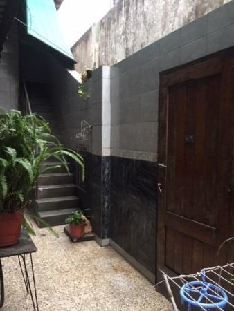 amplio ph en .p.b. 3 ambientes con gje. patio y amplia terraza