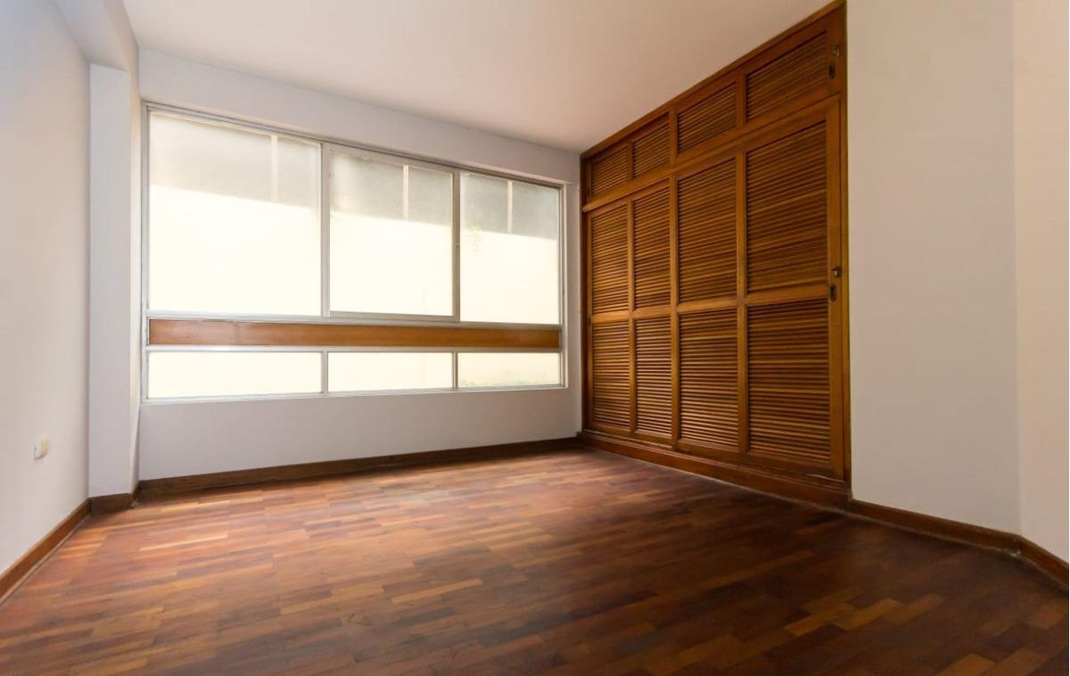 amplio primer piso en miraflores + patio exterior