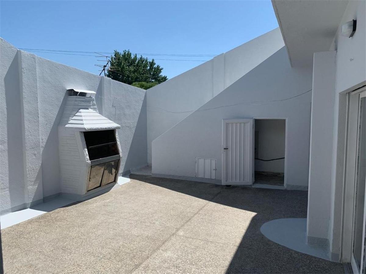 amplio tipo casa en excelente estado con patio y terraza