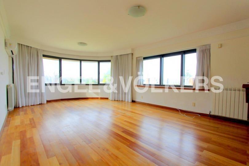 amplísimo apartamento con jardín en rambla de carrasco