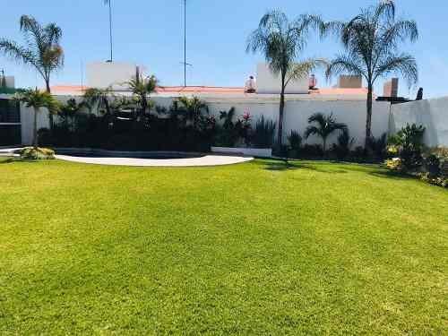 amplísimo jardín, acabados de lujo, ven a conocerla.