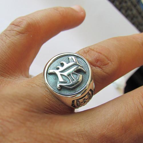 anel circular com a sua incial em prata maciça