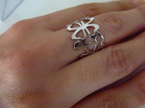 anel de ouro branco, maciço, trabalhado desenhos florais, 3g
