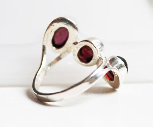 anel de prata com granadas