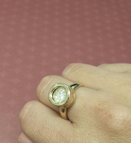 anel dourado modelo solitário com zircônias em cápsula