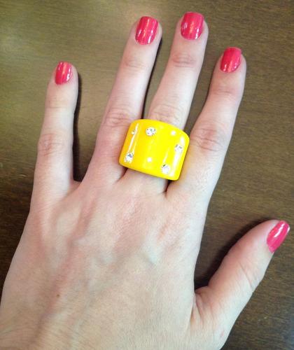 anel feminino de resina amarela com strass - c.586
