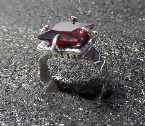 anel masculino medieval em prata com pedra zircônia granada