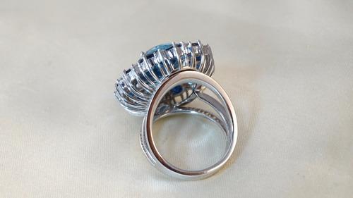anel moderno ouro branco com topázios e safiras e brilhantes