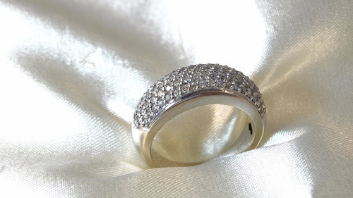 anel pave bananinha de ouro branco cravejado de brilhantes!!