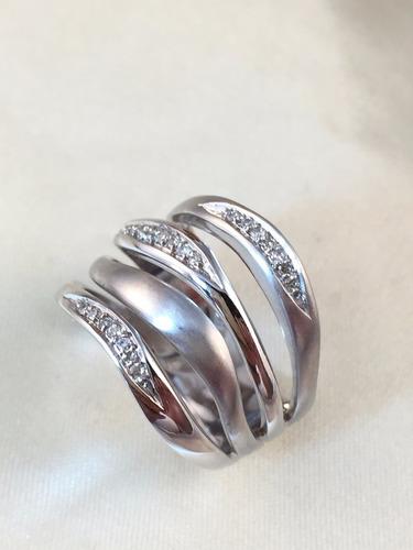 anel voltas moderno de ouro branco cravejado de brilhantes