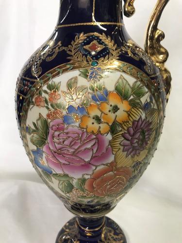 anfora en porcelana azul dorado decorada con rosas sin marca