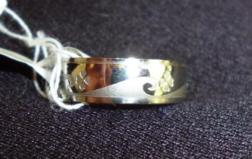 anillo acero brillante con treboles grabados talla 5