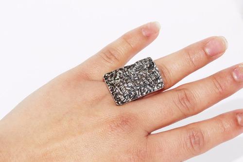 anillo acero plateado rectangular con grabados ase423