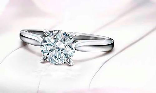 anillo con diamante cultivado de 1.50 cts. en oro de 18k