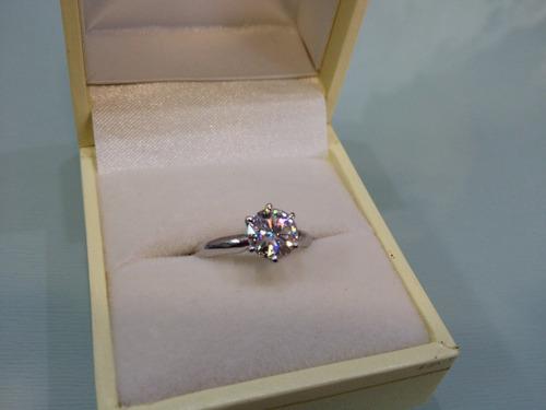 anillo con diamante cultivado de 150 pts. en oro de 14k