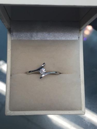 anillo con diamante cultivado de .15ct. -50%