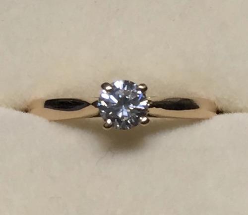 anillo con diamante cultivado de 40 pts. en oro de 14k.